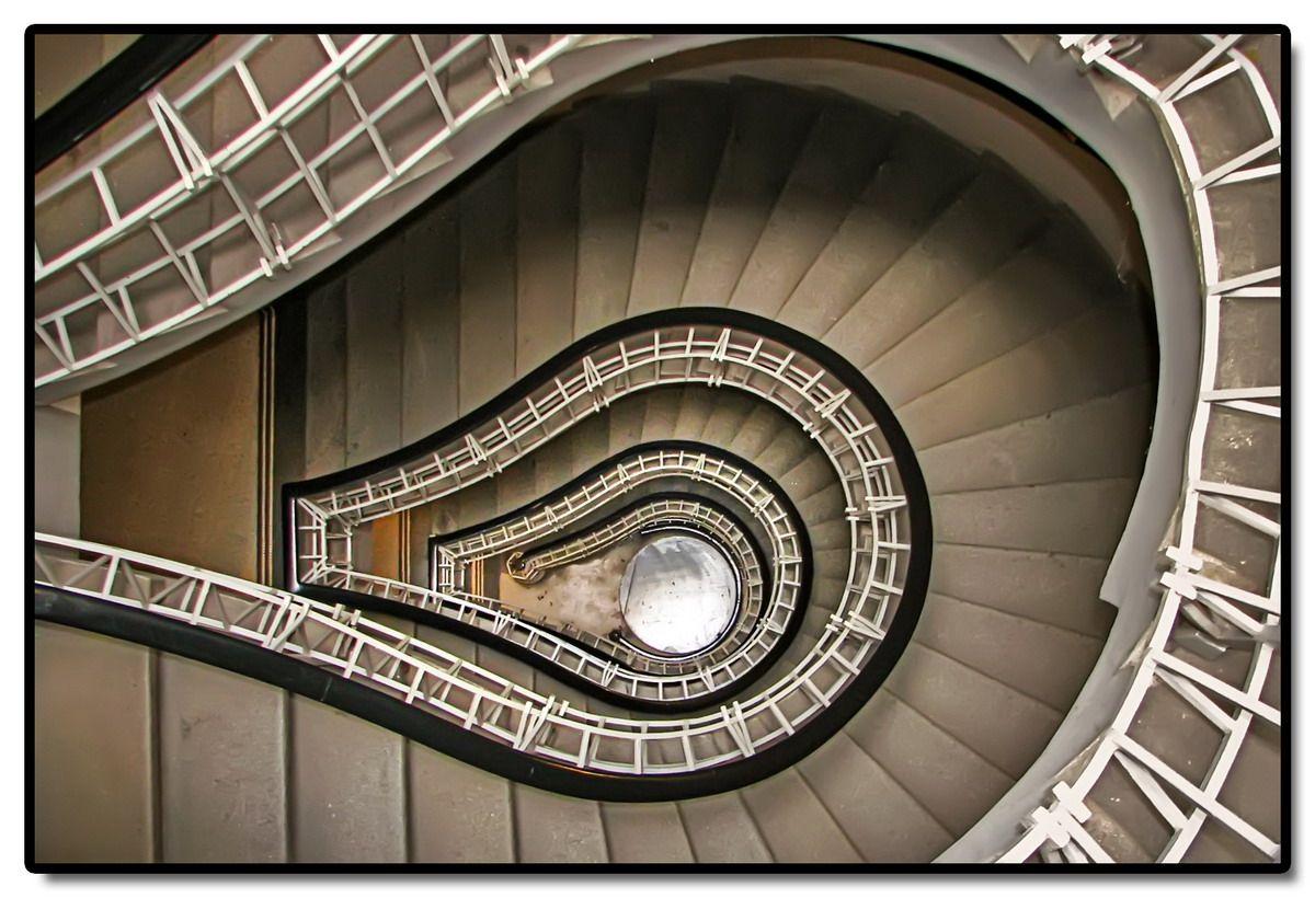 Lemputės formos laiptai (Black Madonna house)