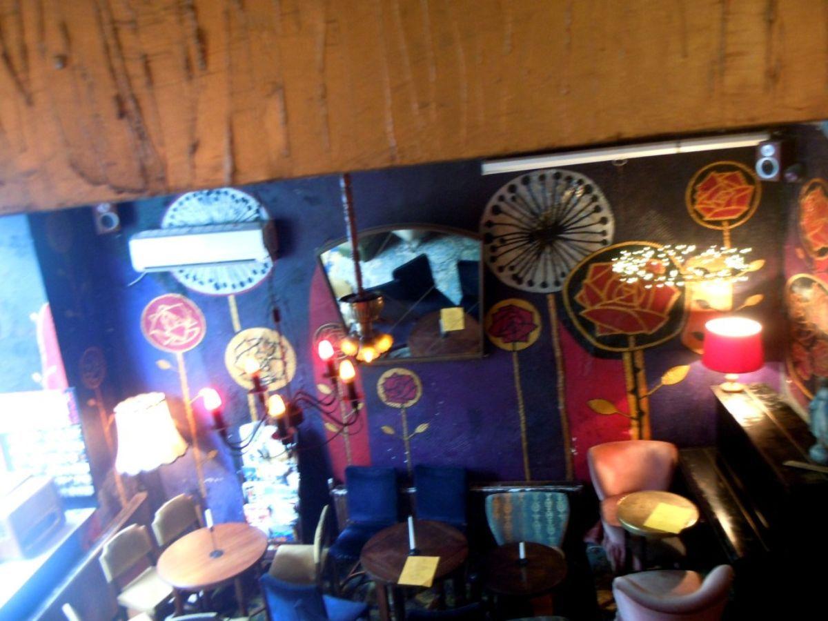 W Oparach Absurdu kavinės interjeras