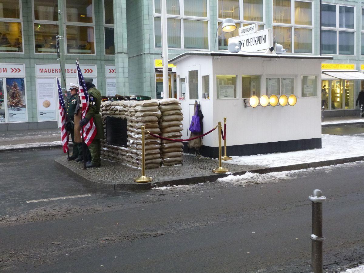 """Rytų ir Vakarų Berlyną skyrusios sienos perėjimo punktas """"Checkpoint Charlie"""""""
