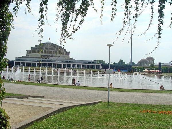 Šimtametė salė prie fontano