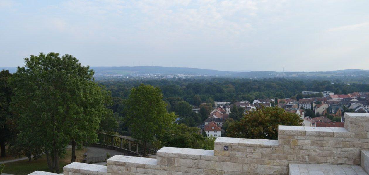 """Ant """"Grimmwelt Kassel"""" muziejaus stogo, nuo kurio matosi """"Karlsaue State Park"""" parkas ir """"Weinberg Bunker"""" arkos"""